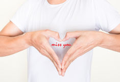 De handen van de hartvorm op linkerkantborst met woorden - juffrouw u royalty-vrije stock foto's