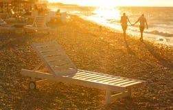 De handen van de het paarholding van de zomer bij zonsondergang op strand Romantische jonge het genieten van zon, zonneschijn, Ro Stock Afbeelding