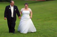 De handen van de het paarholding van het huwelijk Stock Foto