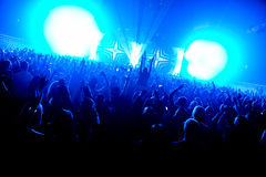 De handen van de het silhouetmenigte van de nachtclub omhoog in het stadium van de confettienstoom royalty-vrije stock foto