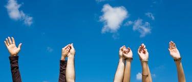 De Handen van de holding & de Banner van de Hemel Stock Fotografie