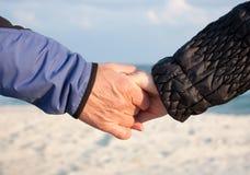 De handen van de holding op strand Royalty-vrije Stock Foto
