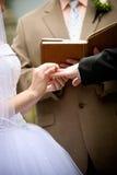 De handen van de holding tijdens een huwelijksceremonie stock foto's