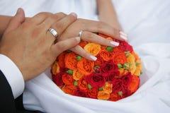 De Handen van de Holding van de bruid en van de Bruidegom stock afbeeldingen