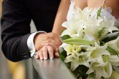 De Handen van de Holding van de bruid en van de bruidegom Stock Foto
