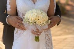 De Handen van de Holding van de bruid en van de Bruidegom Stock Foto's