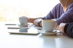 De handen van de Jonge Mens en Vrouw bij Koffie dienen Zijaanzicht in stock fotografie