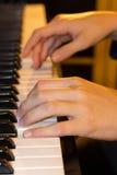 De handen van de jonge pianospeler Stock Foto