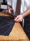 De handen van de kleermaker het werken. Royalty-vrije Stock Afbeelding