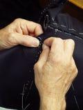 De handen van de kleermaker het werken. Royalty-vrije Stock Foto's