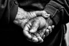 De Handen van de landbouwer van de oude mens die hard had gewerkt Stock Afbeeldingen