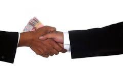 De handen van de mens geven geld aan andere mensenhand Royalty-vrije Stock Fotografie