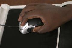 De Handen van de mens op Muis 1 van de Computer Stock Foto's