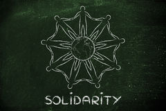 De handen van de mensheidsholding rond de planeet, concept solidariteit Stock Afbeeldingen
