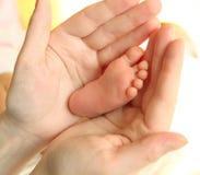 De handen van de moeder en de voet van de baby Royalty-vrije Stock Afbeelding