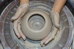 De Handen van de pottenbakker royalty-vrije stock afbeeldingen