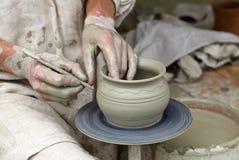 De handen van de pottenbakker. Royalty-vrije Stock Afbeelding