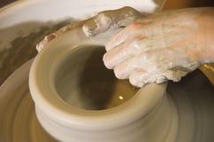 De handen van de pottenbakker Stock Fotografie