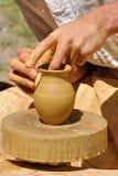 De handen van de pottenbakker Stock Afbeeldingen