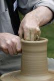 De handen van de pottenbakker Stock Foto's