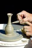 De handen van de pottenbakker op het werk Royalty-vrije Stock Fotografie