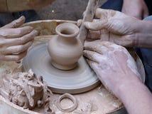 De handen van de pottenbakker op het werk Stock Afbeeldingen