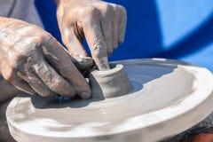 De handen van de pottenbakker op het werk Royalty-vrije Stock Foto's