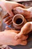 De handen van de pottenbakker op het werk Stock Foto's