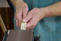 De handen van de schrijnwerker Stock Afbeelding