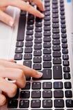 De handen van de secretaresse wat betreft computersleutel tijdens het werk Stock Fotografie