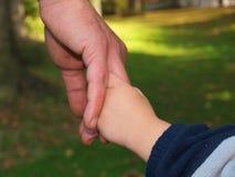 De handen van de vader en van de zoon Stock Afbeeldingen