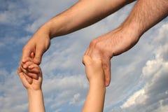 De handen van de vader en van de zoon Royalty-vrije Stock Foto's