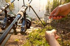 De handen van de visser met apparatuur stock foto