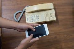 De handen van de vrouw drukten mobiele concepten vergelijken nieuw en Royalty-vrije Stock Foto's