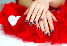 De handen van de vrouw met donkere manicure Royalty-vrije Stock Foto