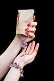 De handen van de vrouw met juwelen Stock Foto's