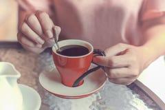 De handen van de vrouw met kop van koffie Stock Fotografie