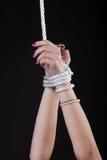 De handen van de vrouw met parels binden met kabel Stock Fotografie