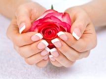 De handen van de vrouw met perfecte Franse manicure Royalty-vrije Stock Foto's