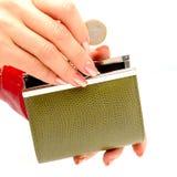 De handen van de vrouw met portefeuille en muntstuk Stock Afbeelding