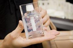 De handen van de vrouw met roze parfumfles Royalty-vrije Stock Afbeelding
