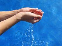 De handen van de vrouw met zoet water Stock Afbeeldingen