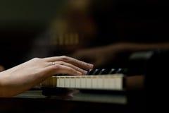 De handen van de vrouw op het toetsenbord van de piano Royalty-vrije Stock Foto