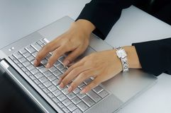 De handen van de vrouw op toetsenbord royalty-vrije stock afbeeldingen
