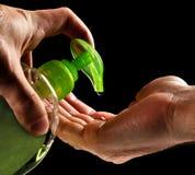 De handen van de was met vloeibare zeep royalty-vrije stock afbeeldingen