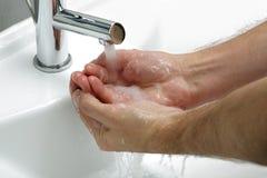 De handen van de was met zeep Stock Afbeeldingen