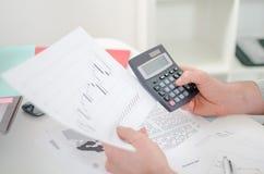 De handen van de zakenman met calculator Stock Afbeeldingen