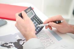 De handen van de zakenman met calculator Stock Foto