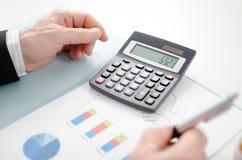 De handen van de zakenman met calculator Royalty-vrije Stock Afbeelding