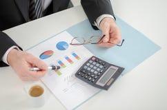 De handen van de zakenman met calculator Stock Afbeelding